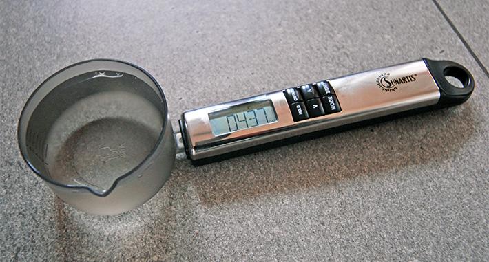 Ważenie wody wagą elektroniczną