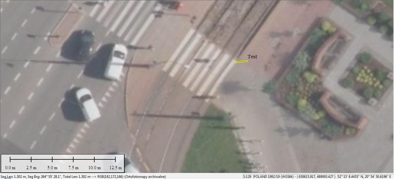 """Żółta linia pokazuje odcinek łączący punkt testowy (koniec """"zebry"""") z punktem wyznaczonym przez odbiornik (""""Test"""")"""