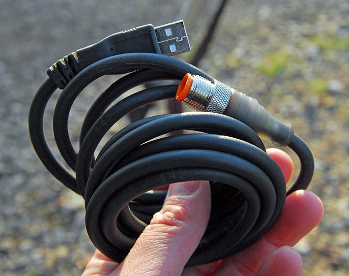 Solidny kabel zasilający, który pozwala na ładowanie akumulatora w laserze Agatec LT 300 przez port USB