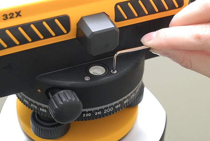 Klucz imbusowy służy rektyfikacji libelli pudełkowej w niwelatorze