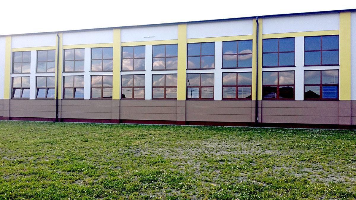 Elewacja dużeh hali sportowej z oknami do pomiaru