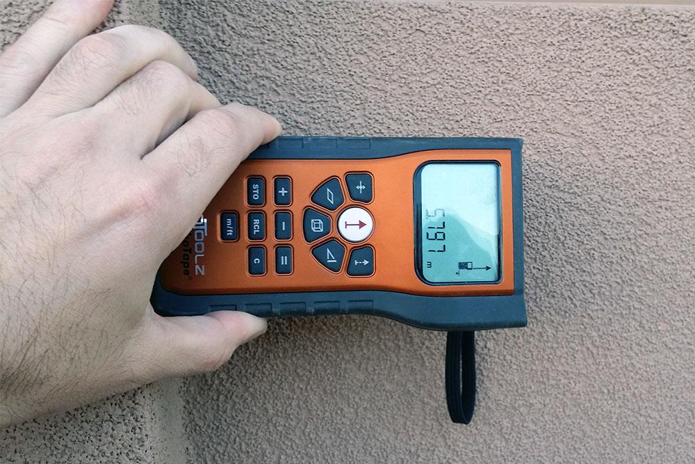 Wstępny pomiar elementu na elewacji, który będzie wykorzystany do kalibracji zdjęcia