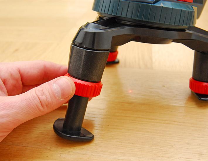 Wydłużanie nóg w mini statywie do lasera Bosch GLL 3-50