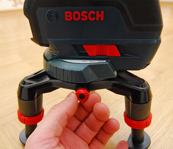 Płyta obrotowa z płynną regulacją pozwala precyzyjnie zmieniać kierunek wyświetlania linii laserowych przez instrument Bosch GLL 3-50