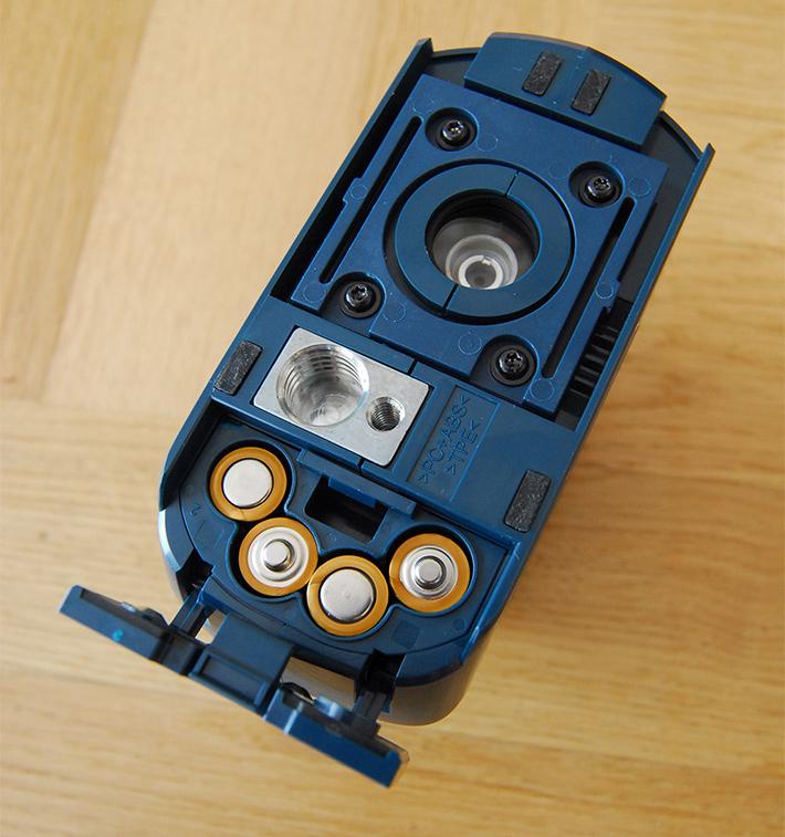 """Dwa gwinty przyłączeniowe i zasilanie lasera czterema bateriami typu """"paluszek"""""""