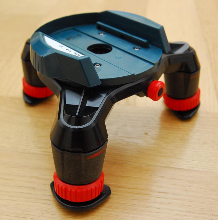 Specjalny trójnóg, który pomaga zaznaczać na podłodze punkt wyświetlony przez Bosch GLL 3-50