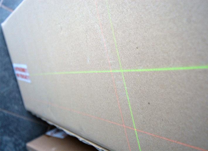 Czerwona kontra zielona wiązka lasera krzyżowego
