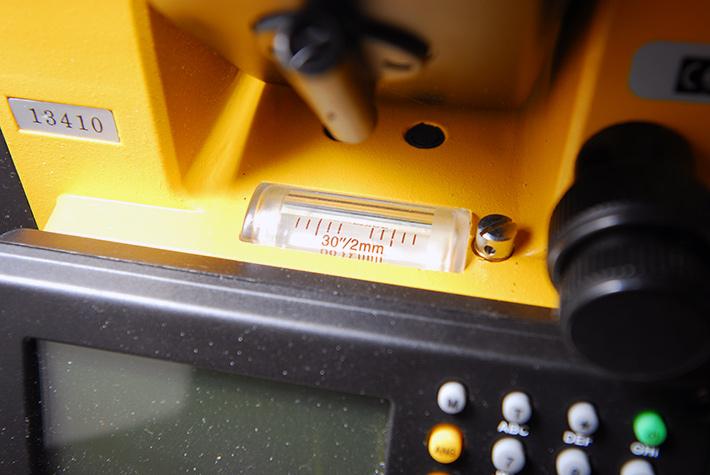 Libella rurkowa z podziałką w tachimetrze elektronicznym