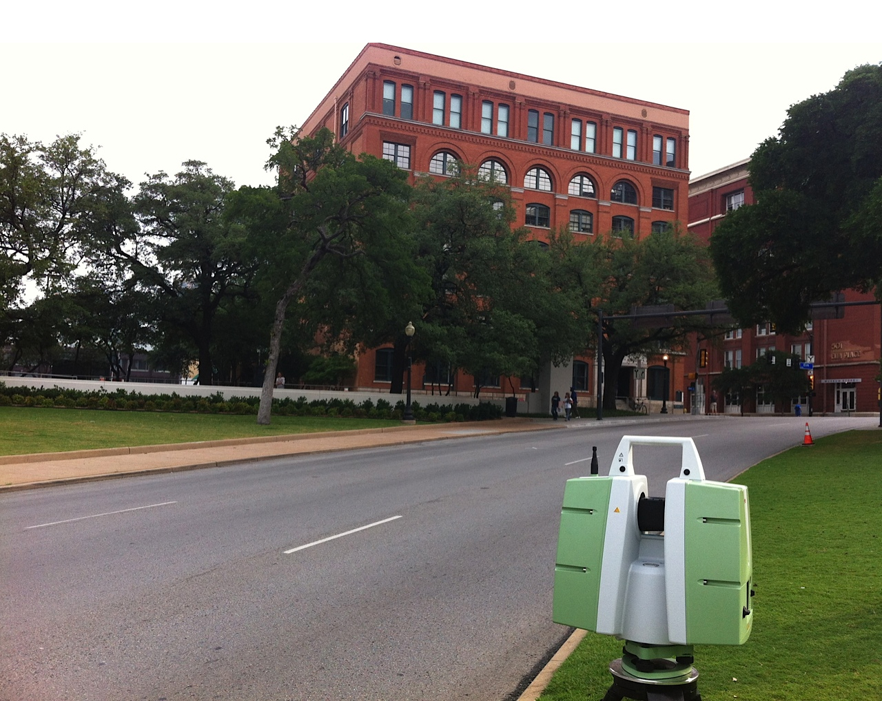 Skaner Leica P20 przed Dealey Plaza w Dallas