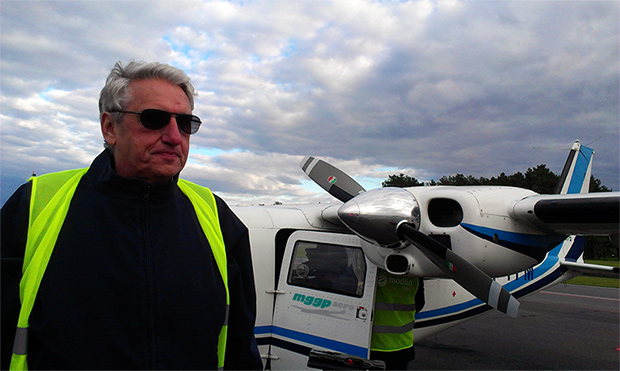Bogusław Wołoszański na tle samolotu MGGP Aero
