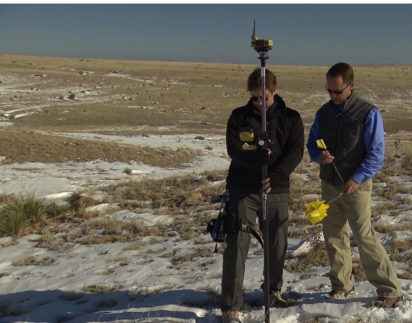 Scott Langbein z Topcona pokazuje Benowi McGee obsługę IS-3