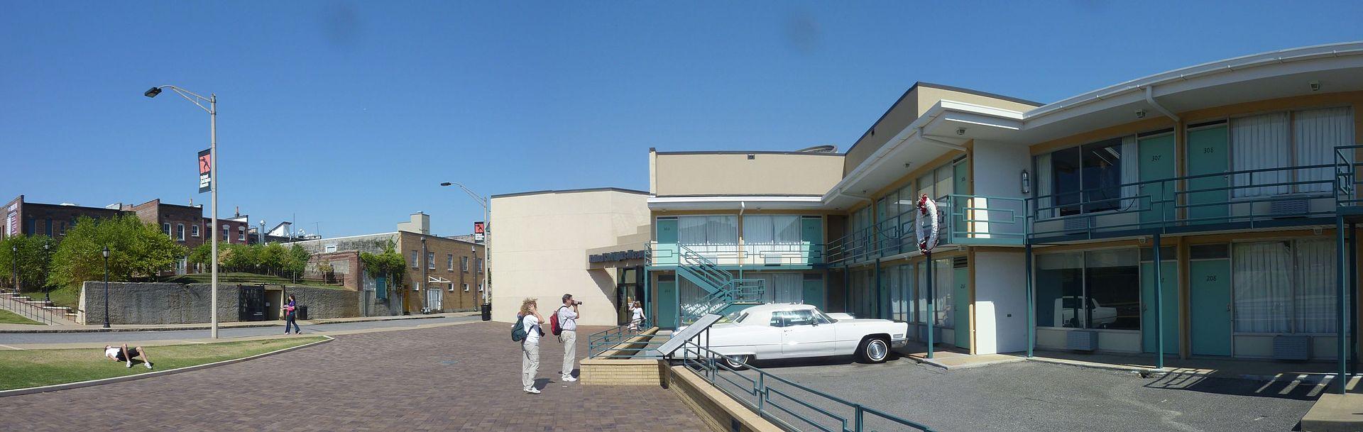 Motel Lorraine (po prawej) oraz pensjonat, z którego oddano strzał (po drugiej stronie ulicy)