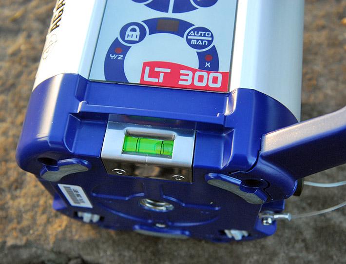 Libella pudełkowa ułatwiająca spoziomowanie lasera rotacyjnego Agatec LT 300 podczas wyznaczania płaszczyzny pionowej