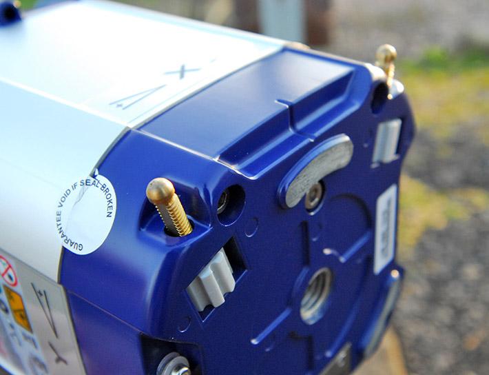 Wysuwane nóżki, które pozwalają ustawić laser obrotowy Agatec LT 300 w pozycji pionowej w zakresie samopoziomowania kompensatora