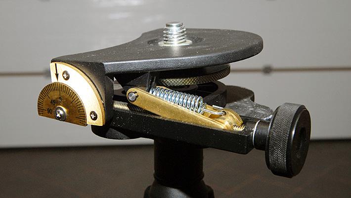Klin uchylny do regulacji pochylenia wiązki laserowej w niwelatorze obrotowym